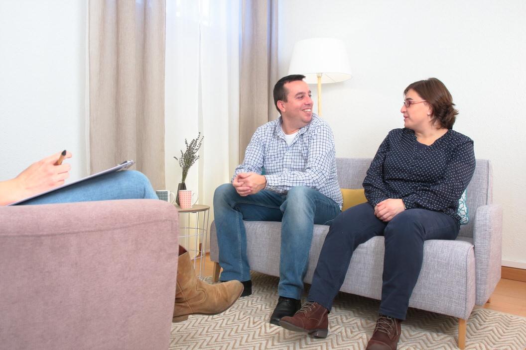 Sesión de terapia psicológica de pareja en el centro de psicología Atalanta.
