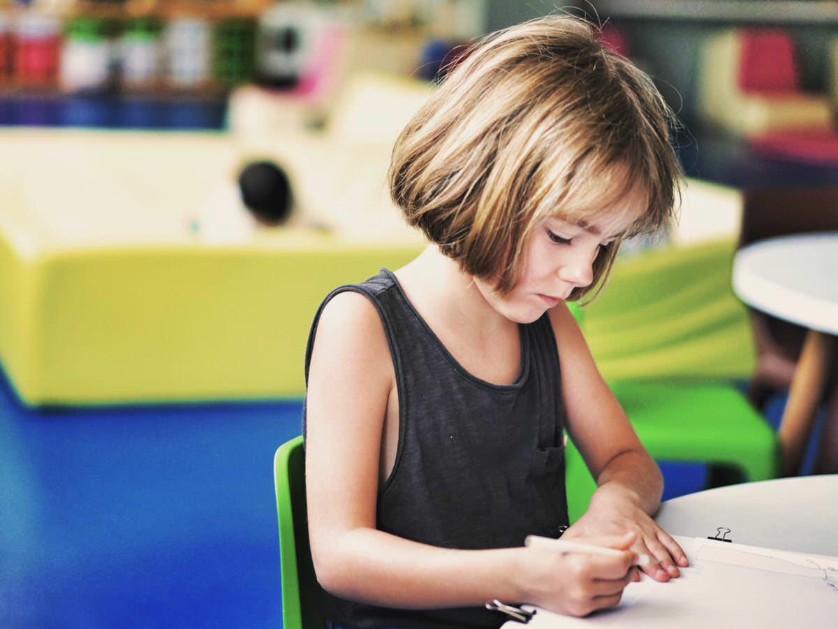 Con el colegio es importante establecer una comunicación abierta para tratar las dificultades de la niña diagnosticada de síndrome de Asperger. En ella debe participar el psicólogo especialista.
