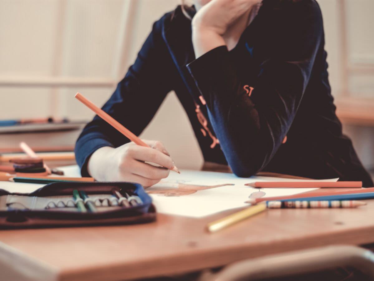 Los focos de interés del niño diagnosticado y los de sus compañeros de clase a menudo difieren en gran medida, distanciándolos. El psicólogo dispone de diversas técnicas terapéuticas para obtener mejoras en esta área