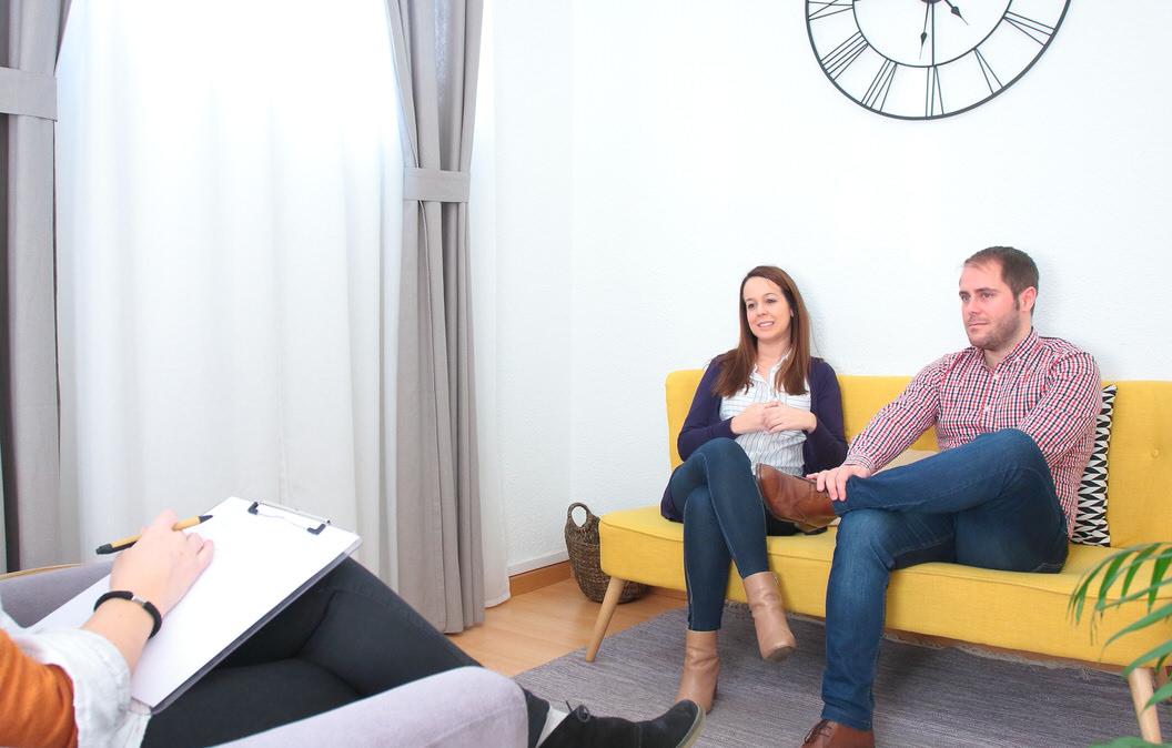 Sesión de terapia de pareja con una de las psicólogas de Atalanta Psicología en Madrid.